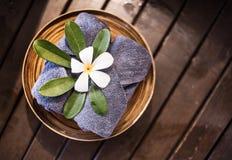 Добро пожаловать полотенца украшенные с цветками plumeria Стоковое Изображение