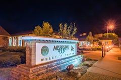 Добро пожаловать к знаку зоны отдыха центра для посетителей Миссиссипи на ноче стоковые фотографии rf