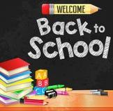 Добро пожаловать назад к тексту школы написанному на черной предпосылке текстурированной доской Стоковое фото RF