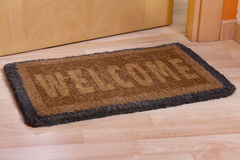 Добро пожаловать домашний половик с открыть дверью стоковые фотографии rf