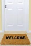Добро пожаловать половик вне двери. Стоковая Фотография RF