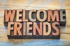 Добро пожаловать друзья подписывают внутри тип древесины letterpress Стоковые Изображения