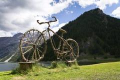 Добро пожаловать скульптура соломы велосипеда в Livigno, Италии Стоковое Изображение