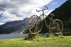 Добро пожаловать скульптура соломы велосипеда в Livigno, Италии Стоковые Фото