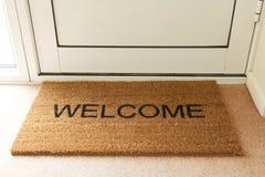 Добро пожаловать циновка внутри входа дома Стоковое Изображение RF