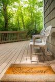 Добро пожаловать циновка и стулья на внешней палубе Стоковые Фотографии RF