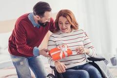 Добрый человек полагаясь к его неработающей жене и давая ей настоящий момент Стоковая Фотография RF