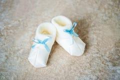 Добычи младенца с голубыми лентами Ждать мальчика Стоковая Фотография RF