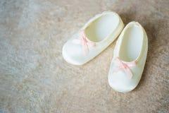 Добычи младенца с розовыми лентами Ждать мальчика Стоковые Изображения