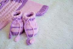 Добычи младенца фиолетовые и часть свитера Стоковая Фотография