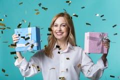 Довольная женщина демонстрируя ее подарки на день рождения стоковые фото