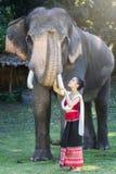Довольно азиатская девушка в традиционном тайском платье Стоковое фото RF