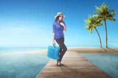 Довольно азиатская туристская женщина при чемодан имея потеху стоковое изображение