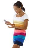 Довольно афро девушка используя мобильный телефон стоковая фотография rf