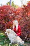 Довольно белокурая девушка идя с собакой в концепции животного леса Стоковая Фотография RF