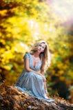 Довольно белокурая fairy дама с белым платьем Стоковые Фото