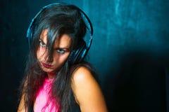 Довольно выразительный диск-жокей девушки с наушниками стоковая фотография