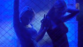 Довольно женский идти-идут танцоры двигая к музыке в трансе на ночном клубе, освещении акции видеоматериалы