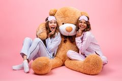 2 довольно жизнерадостных девушки одетой в пижамах Стоковые Изображения