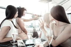 Довольно милые девушки представляя и делая фото Стоковые Фотографии RF