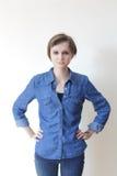 Довольно молодая белокурая женщина - copyspace стоковое фото