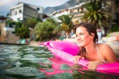 Довольно, молодая женщина наслаждаясь днем на пляже стоковые фотографии rf