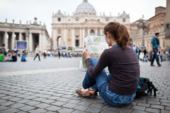 Довольно молодой женский турист изучая карту Стоковое Изображение RF