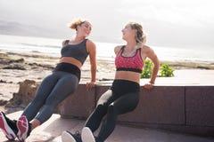 Довольно молодые sporty женщины усмехаясь на одине другого Стоковые Фотографии RF