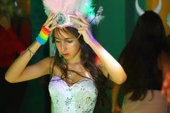 Довольно предназначенная для подростков девушка дня рождения quinceanera празднуя в партии пинка платья принцессы, специальном то Стоковые Изображения