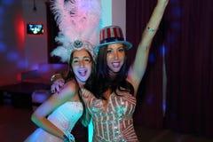 Довольно предназначенная для подростков девушка дня рождения quinceanera празднуя в партии пинка платья принцессы, специальном то Стоковая Фотография