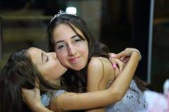 Довольно предназначенная для подростков девушка дня рождения quinceanera празднуя в партии пинка платья принцессы, специальном то Стоковая Фотография RF