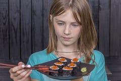 Довольно предназначенная для подростков девушка с портретом крупного плана крена суш, девочка-подросток есть японские суши стоковые фото