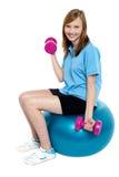 Довольно предназначенное для подростков усаженное на голубой шарик pilate Стоковая Фотография RF