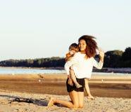 Довольно разнообразные друзья нации и времени на морском побережье имея потеху, концепцию людей образа жизни на каникулах пляжа з Стоковое Изображение RF