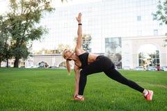 Довольно сильная женщина спорт детенышей делает протягивать спорт Стоковое Изображение RF