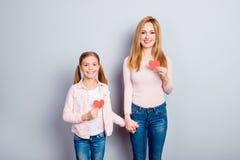 Довольно, славная, милая, очаровательная дочь и мать стоя над g Стоковое фото RF
