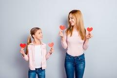 Довольно, славные, милые, очаровывая, attarctive дочь и мать внутри Стоковые Фото