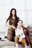 Довольно стильная женщина в платье моды с togethe печати леопарда Стоковое Изображение RF