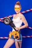Довольно, тонкая девушка построителя в белой рубашке, поясе построителя, построителе Стоковое Изображение RF