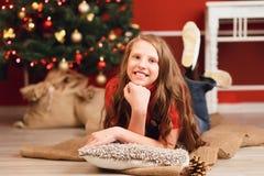 Довольно усмехаясь предназначенная для подростков девушка с длинными волосами в интерьере с Christm Стоковое Фото