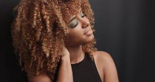 Довольно черная девушка при большие волосы представляя видео стоковая фотография rf
