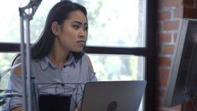 Довольно этническая девушка работая на столе компьютера Стоковое Изображение