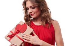 Довольная женская держа рука на винтажной присутствующей коробке с биркой стоковое изображение rf