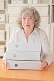 Довольная женщина с папками файлов Стоковые Фотографии RF
