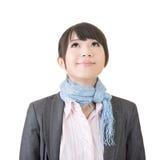 Довольно азиатская бизнес-леди смотря вверх стоковые фотографии rf