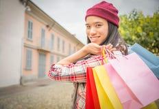 Довольно азиатская женщина с хозяйственными сумками Стоковая Фотография