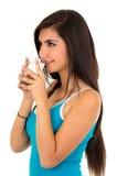 Довольно латинская питьевая вода девушки от стекла Стоковые Изображения