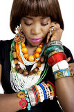 Довольно африканская модель, одетая в вскользь современных традиционных одеждах стоковое фото