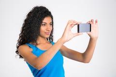 Довольно афро американская женщина делая фото selfie Стоковая Фотография