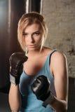Довольно белокурая девушка в перчатках бокса Стоковые Изображения